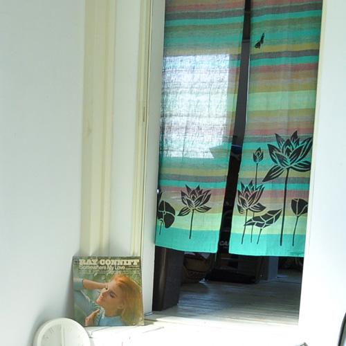 青基調のマルチボーダー暖簾