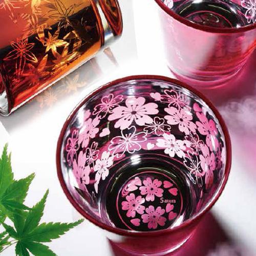 桜の装飾が施されたグラス