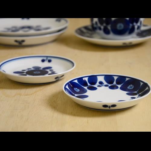 草花のイラストの入った陶器プレート食器