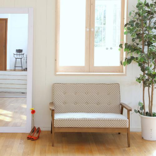 シンプルで可愛いドット柄の白いソファー