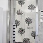 樹木のイラストが入ったかわいい暖簾