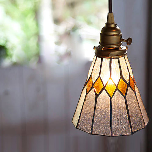 レトロ感のあるシンプルなステンドグラス照明ライト