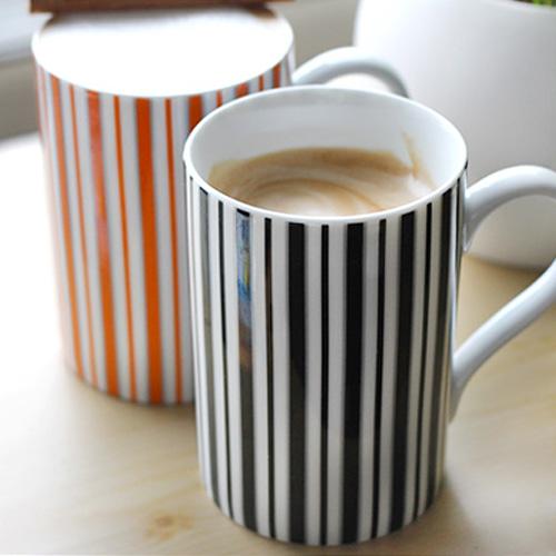 白黒のストライプ柄マグカップ