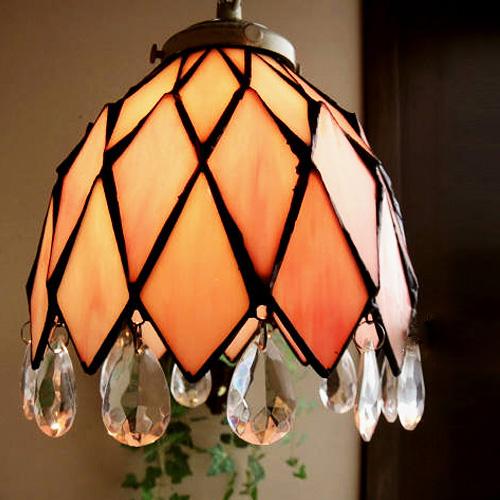 淡いピンクの四角が合わさったアンティーク調の照明ライト