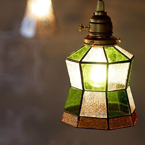 白と緑の台形が合わさったステンドグラス照明ライト