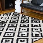 白黒の正方形パターンラグマット