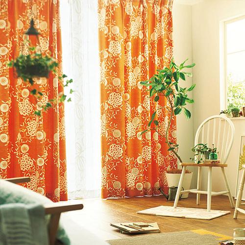 南国感漂う花のイラストが入ったオレンジ色のカーテン