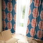 華やかな花のイラストが入ったネイビーカラーのカーテン