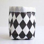 白黒のハーリキンチェック柄のバスケット