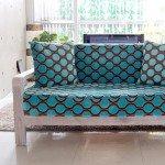 インパクトのある水色ドット柄のソファー