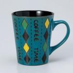 ダイヤ柄の青いマグカップ