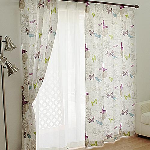 たくさんの蝶が舞うイラストの麻製のカーテン