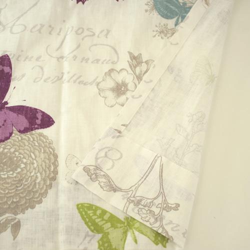 チョウチョが舞う麻製のカーテン