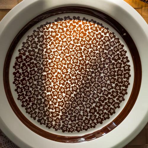 茶色の花柄の食器プレート