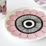 大胆なピンクの花柄イラストプレート