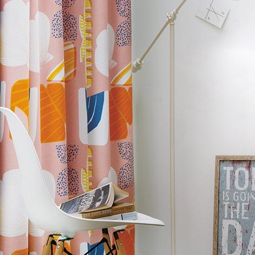 貝殻モチーフのカラフルなカーテン