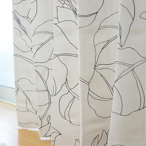 やわらかな印象のリーフ柄ホワイトカーテン