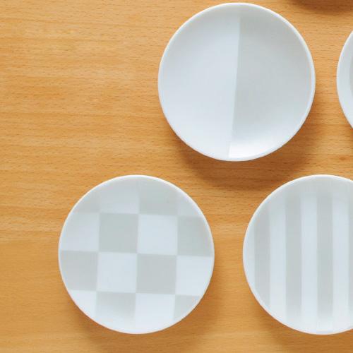 薄ら描かれた和食器の皿