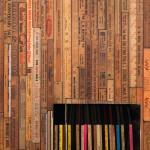 ビンテージ感のある木材の定規が並ぶ壁紙