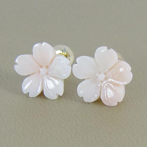 淡いピンクの桜のピアス