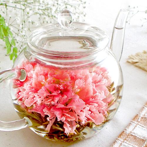 花のつぼみとティーポット